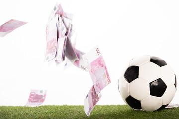 ลูกฟุตบอลใกล้บินธนบัตรยูโรแยกต่างหากบนแนวคิดการพนันกีฬาสีขาว