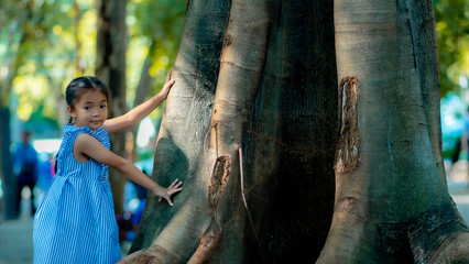 A little girl playing on the big tree
