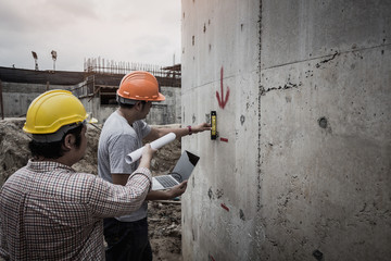 Architect and engineer discuss in building construction site. Fototapete