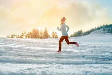 Papiers peints Glisse hiver Running woman. Runner on the snow in winter sunny day. Female fi