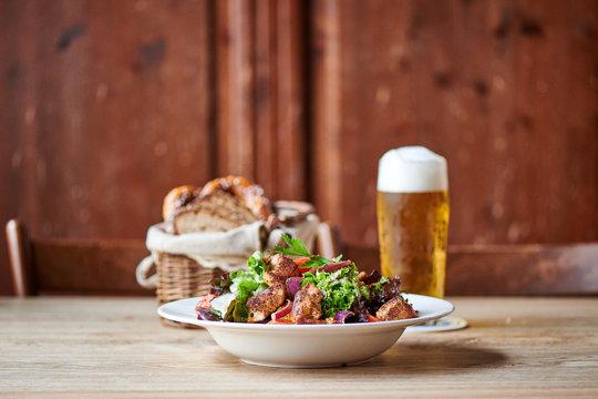 Frischer Salat mit Puten Hähnchen Streifen Biergarten Wirtshaus