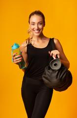 Keuken foto achterwand Fitness Smiling Girl Standing Holding Fitness Bag, Studio Shot