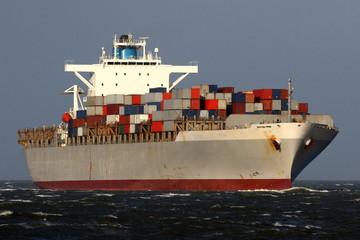 graues Containerschiff auf der Nordsee