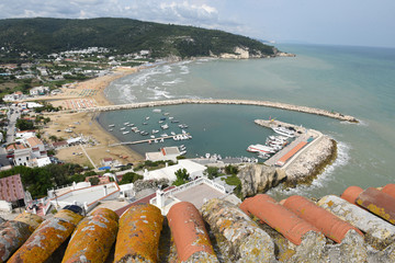 porto storico di peschici visto dall'alto