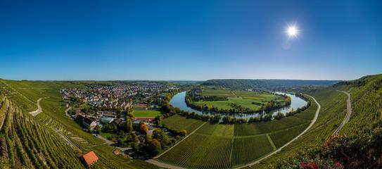 Neckarschleife bei Mundelsheim am Neckar mit Weinbergen Fototapete