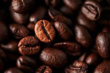 Poster Salle de cafe Close up of roasted coffee beans for background, texture and design. Selective focus.