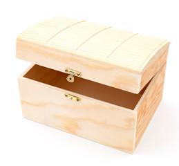 Kleine Schatzkiste aus Holz, auf weißen Hintergrund.