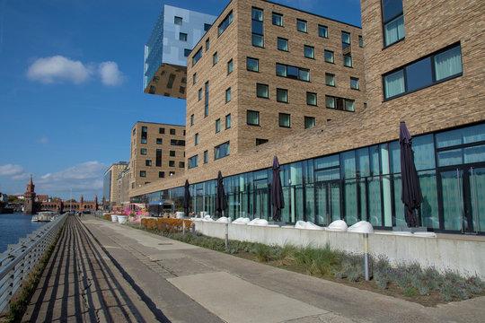 moderne Architektur an der Spree mit Blick zur Oberbaumbrücke, Berlin, Kreuzberg, Deutschland, Europa