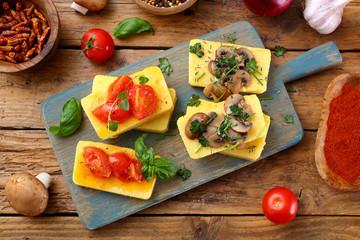 polenta delizioso aperitivo con pomodoro funghi e spezie