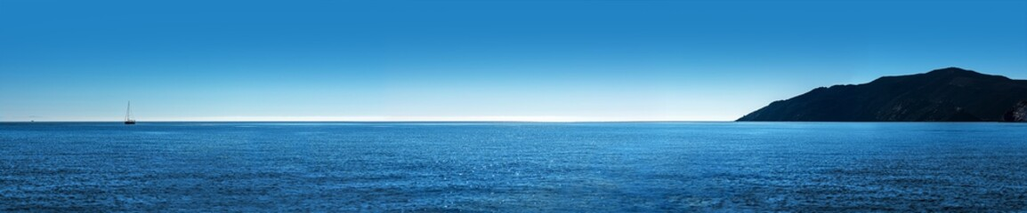 Photo sur Aluminium Bleu jean ocean panorama island and sailboat