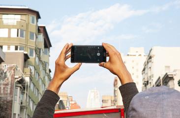 Tourist auf Busrundfahrt macht Foto mit Smartphone - Stadtrundfahrt durch San Francisco Californien USA Fotomurales