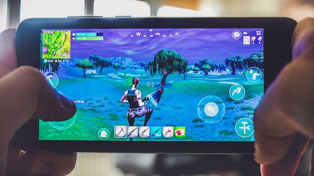 Fortnite gameplay battle royale game smartphone