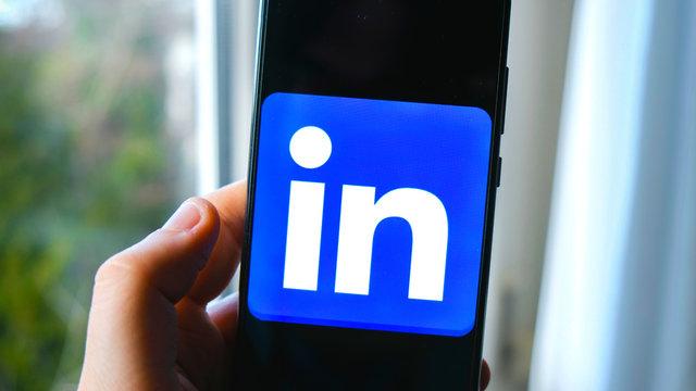 hand Linkedin app smartphone