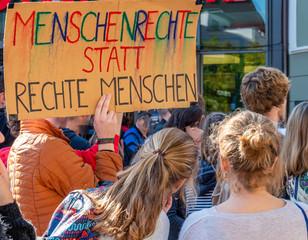 Linke Demonstranten gegen Rechts