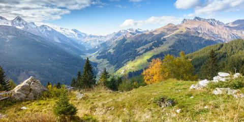Fototapete - Panorama einer Herbstlandschaft im Zillertal in Tirol