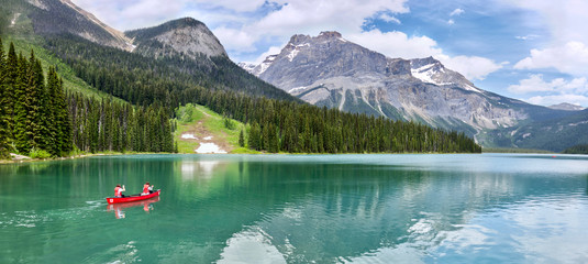 Famous Emerald Lake, Yoho National Park, British Columbia, Canada. Turquoise water and green trees. Red canoe on the lake. Fototapete