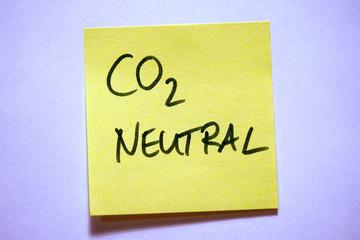 Gelbe Haftnotiz mit Schlagwort Klimawandel CO2 neutral