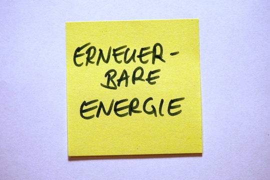 Gelbe Haftnotiz mit Schlagwort Klimawandel erneuerbare Energie