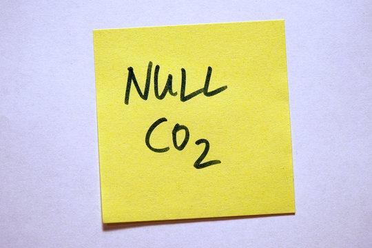 Gelbe Haftnotiz mit Schlagwort Klimawandel Null CO2