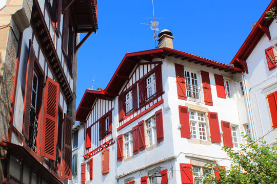 Façades basques typiques à Saint-Jean-de-Luz (France / Pays basque)