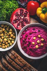 Granatapfel-Hummus mit Brot und Gemüse