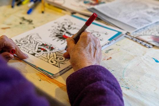 Altenheim Bewohnerin mit Demenz malt ein Bild aus