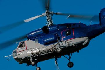 Helicópteros repostando agua. En verano son típicas estas imágenes en las riberas de los embalses. Helicópteros muy cercanos a la superficie del embale repostan agua para apagar los incendios cercanos