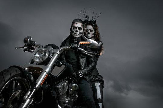 Zombies yendo a fiesta de halloween en motocicleta