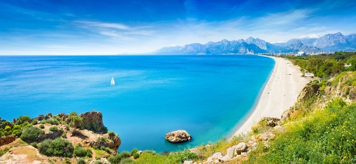 Spoed Fotobehang Blauw Panoramic aerial view of beautiful blue gulf and long Konyaalti beach in Antalya, Turkey.