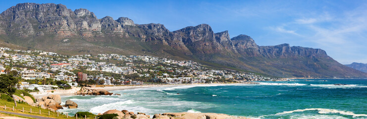 Foto op Plexiglas Kust Panoramic view of Camps Bay Beach and Table Mountain in Cape Town South Africa