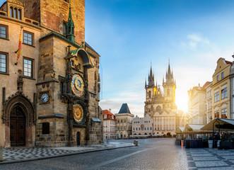 Wall Murals Prague Bllick auf die Astronomische Uhr am Rathaus und die Marienkirche am zentralen Platz der Altstadt bei Sonnenaufgang ohne Menschen, Prag, Tschechien