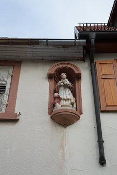 Heiligenskulptur an einem Haus in St. Martin in der Pfalz