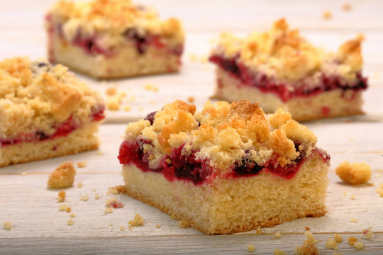 Yeast dough with cherries and crumble