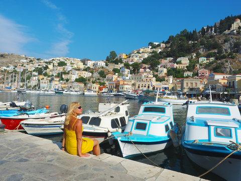 Touristin im Hafen von Symi