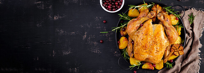 Photo sur Plexiglas Nourriture Baked turkey or chicken. The Christmas table is served with a turkey, decorated with bright tinsel. Fried chicken. Table setting. Christmas dinner. Banner. Top view