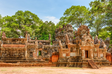 Fototapete - Awesome view of scenic ancient ruins of Thommanon temple, Angkor