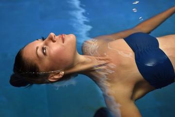 Junge Frau im Pool eines Spa