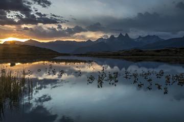 Papiers peints Bleu nuit Lever du soleil sur Lac Guichard avec les Aiguilles d' Arves à l' automne dans les Alpes