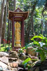 Imagem de Meshiya Kannon banhada a ouro em meio ao jardim japonês