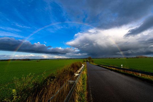 Aprilwetter mit Regenbogen in der Uckermark