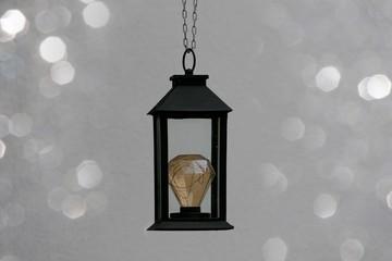 Schwarze Laterne mit LED - Glühbirne hängend, abstrakt diamond