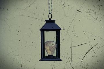 Schwarze Laterne mit LED - Glühbirne hängend, abstrakt scratch