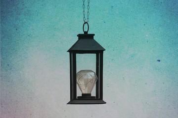 Schwarze Laterne mit LED - Glühbirne hängend, abstrakt outdated