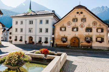 Scuol, Dorf, Engadiner Dorf, Unterengadin, Engadiner Häuser, Brunnen, Alpen, Graubünden, Sommer, Schweiz