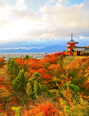 Papiers peints Kyoto View of the Kiyomizu-dera Temple at sunset in autumn in Kyoto, Japan.