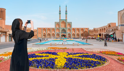 Beautiful Iranian girl wearing abaya with taking selfie  - The Amir Chakhmaq Complex is a prominent structure in Yazd - IRAN Fototapete