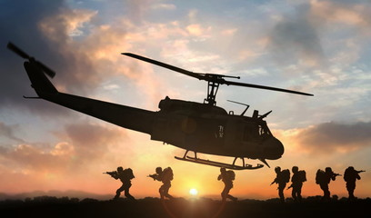 Fotorollo Hubschrauber Military special force assault team helicopter drops during sunset