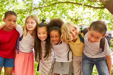 Multikulturelle Gruppe Kinder als Freunde
