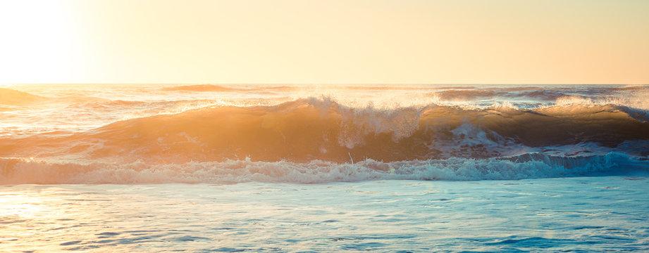 vague surf sur la cote sauvage au coucher de soleil