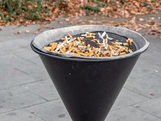 Großer Aschenbecher in der Raucherecke
